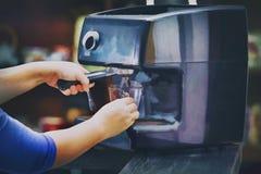 Barista подготавливает кофе в его магазине Стоковые Фотографии RF