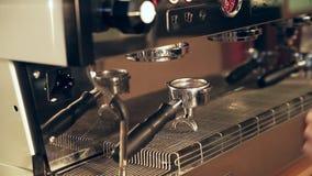 Barista подготавливает фильтр в держателе для кофе lungo акции видеоматериалы