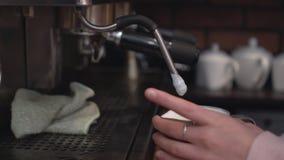 Barista подготавливая капучино на машине кофе Стоковые Изображения RF