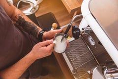 Barista подготавливая молоко для latte Стоковое Изображение
