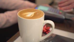 Barista принимает кредитную карточку Кофе с сердцем в кружке Конец-вверх Стоковое Изображение RF