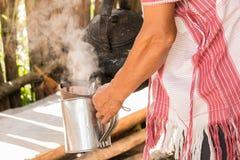 Barista племени холма льет свежий кофе в кружку стоковое изображение