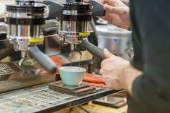 Barista, работая на баре Делать кофе в машине кофе espresso свежий Культура и профессионал кофе Стоковое Изображение RF