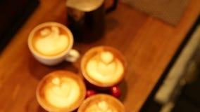 Barista рисует молоко над кофе сток-видео