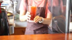 Barista служа стекло замороженного чая лимона сток-видео