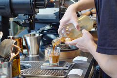 Barista льет кофе в стекле Стоковое Фото