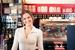 Barista amichevole At un caffè Immagini Stock
