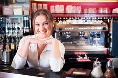 Barista amichevole At un caffè Immagini Stock Libere da Diritti
