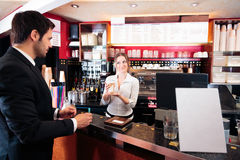 Barista amichevole At un caffè Fotografie Stock
