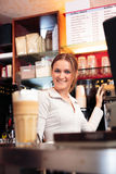 Barista amichevole At un caffè Fotografie Stock Libere da Diritti