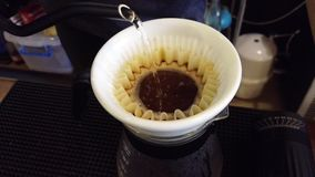 Barista asiatico che fa il gocciolamento del caffè in caffè stock footage