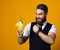 Barista barbuto con il cocktail della tenuta della barba in panciotto fotografie stock libere da diritti