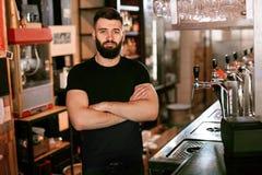Barista In Beer Pub Ritratto dell'uomo al contatore della barra fotografie stock libere da diritti