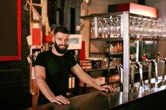 Barista In Beer Pub Ritratto dell'uomo al contatore della barra fotografia stock libera da diritti