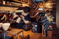Barista bei der Arbeit in einer Kaffeestube Lizenzfreies Stockfoto