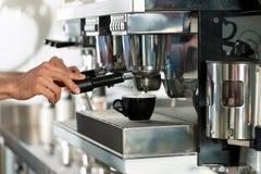 Barista bereidt cappuccino's voor royalty-vrije stock afbeeldingen