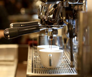 Barista bereitet Espresso zu Stockfoto