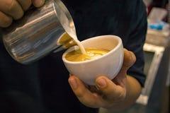 Barista bierze latte sztukę w białym kubku Obrazy Stock