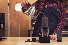 Barista Brauen aeropress Kaffee Stockfoto