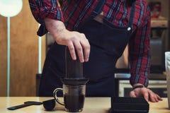 Barista Brauen aeropress Kaffee Stockbild
