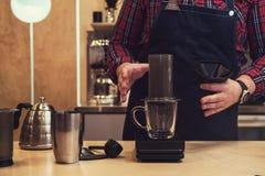 Barista Brauen aeropress Kaffee Stockfotos