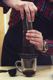 Barista Brauen aeropress Kaffee Lizenzfreies Stockfoto