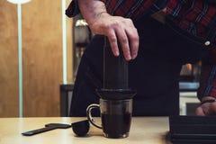 Barista Brauen aeropress Kaffee Lizenzfreies Stockbild