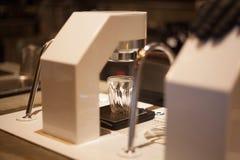 Barista Brewing Espresso Shot da máquina imagem de stock
