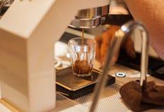 Barista Brewing Espresso Shot från maskinen arkivbilder