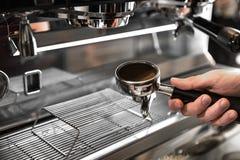 Barista-Café, das Kaffeevorbereitungsservicekonzept macht stockfotos