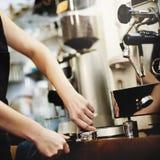 Barista-Café, das Kaffeevorbereitungsservicekonzept macht stockbild