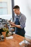 Barista At Cafe Mann, der in der Kaffeestube arbeitet lizenzfreies stockfoto