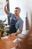 Barista At Cafe Mann, der in der Kaffeestube arbeitet lizenzfreie stockbilder