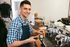 Barista At Cafe Mann, der in der Kaffeestube arbeitet lizenzfreie stockfotografie