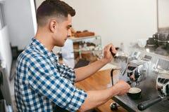 Barista At Cafe Mann, der in der Kaffeestube arbeitet lizenzfreie stockfotos