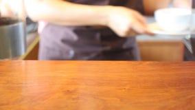 Barista In Cafe Shop som tjänar som en kopp kaffe stock video