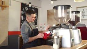 Barista che cuoce a vapore latte in caffetteria archivi video