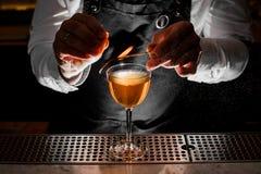 Barista che fa bevanda alcolica fresca con la nota fumosa immagini stock libere da diritti
