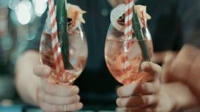 Barista che fa cocktail al contatore della barra Mani del barista che danno due cocktail archivi video