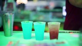 Barista che fa dei cocktail alcolici Fine in su 1920x1080 archivi video