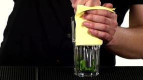Barista che fa e che decora cocktail lento stock footage