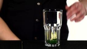 Barista che fa e che decora cocktail sulla fine video d archivio
