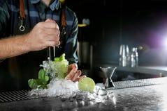 Barista che fa il cocktail di Mojito al contatore in pub, primo piano fotografie stock libere da diritti
