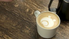 Barista che fa l'orso di arte del latte archivi video