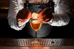 Barista che fa la bevanda alcolica fresca con una nota fumosa fotografia stock