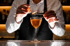 Barista che fa un cocktail alcolico fresco con la nota fumosa immagine stock