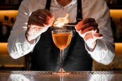 Barista che fa un cocktail fresco con una nota fumosa fotografie stock libere da diritti