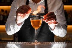 Barista che fa una bevanda alcolica con una nota fumosa immagine stock