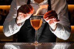Barista che fa una bevanda alcolica fresca con una nota fumosa immagini stock