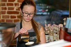 Barista che fa una tazza di caffè al caffè immagine stock libera da diritti